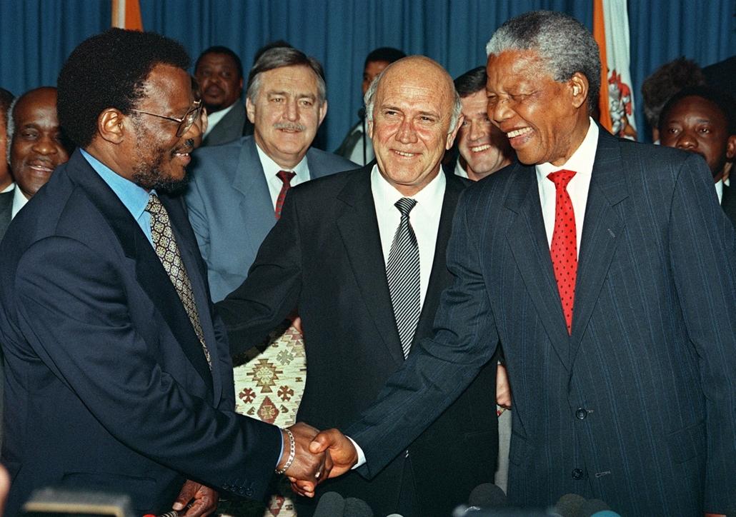 afp.94. - Frederick de Klerk dél-afrikai elnök mosolyog, amint kezet fog egymással az Afrikai Nemzeti Kongresszus élén álló Nelson Mandela és Mangosuthu Buthelezi, az Inkatha Szabadságpárt vezetője - Apartheid nagyítás
