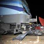 Két vonat is összeütközött egy vasúti átjáróban álló autóval