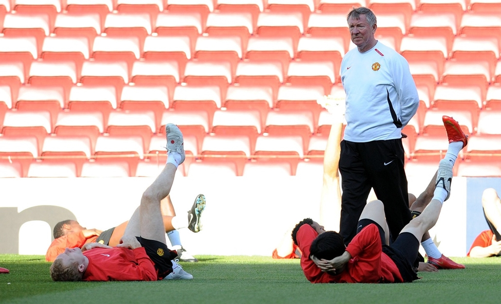 Alex Ferguson nagyításhoz - SPAIN, Barcelona : Manchester United manager Alex Ferguson (L) takes part in a training session at the Camp Nou in Barcelona on April 22 2008 on the eve of their UEFA Champions League semi-final first leg football match against