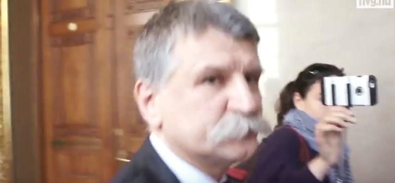A videó, ami miatt kitiltották a hvg.hu riporterét a parlamentből
