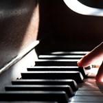 A világon elsőként különleges zongorajátékkal kísérve műtöttek egy daganatos kisfiút