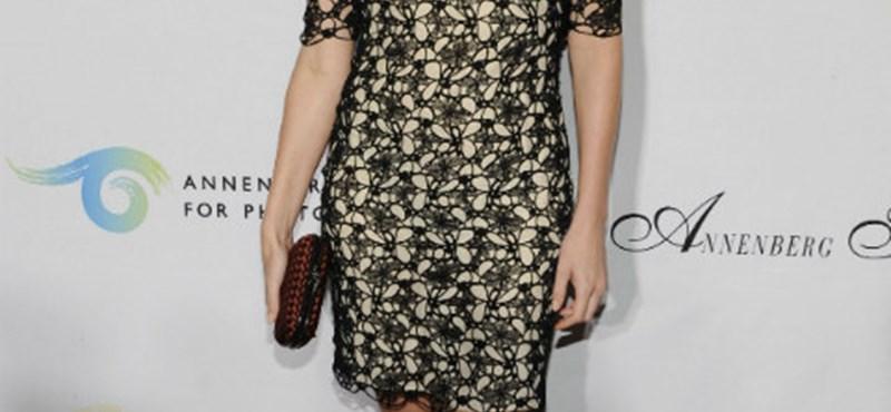 Charlize Theron rétegesen öltözködik
