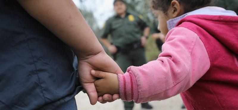 Szétszakított családok: 103 kisgyerek közül 57-et visszaengedtek a szüleikhez