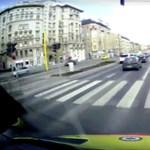 Szirénázva robogott a budapesti mentőautó, amikor kilépett elé a gyalogos – videó
