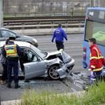 Fotó: Álló BKV-busznak ütközött egy autó