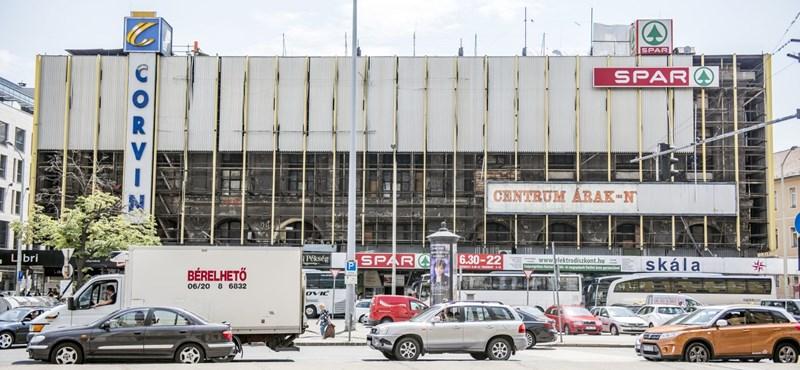 Már bontják a Corvin áruház bádogborítását - fotók