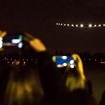 Nézzen be élőben a pilótafülkébe: most éppen 100 órát repül egyhuzamban a napelemes repülőgép