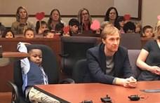 Az egész ovis csoportja elkísérte a kisfiút az örökbefogadási meghallgatására
