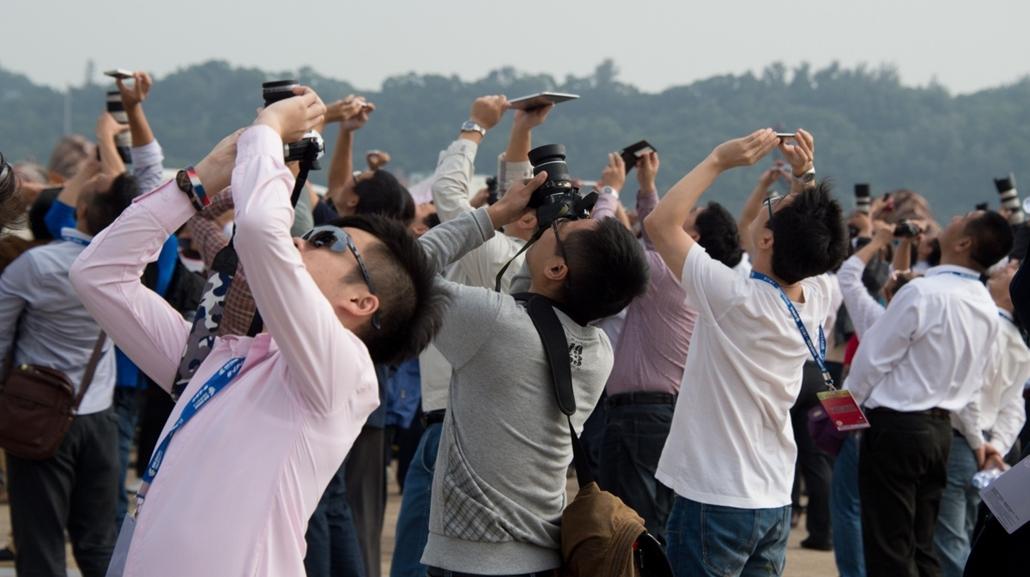 afp. hét képei - Zhuhai, Kína, 2014.11.12. repülőgép bemutató, Spectators watch the Airshow China 2014 in Zhuhai, south China's Guangdong province on November 12, 2014. The 10th Airshow China 2014 takes place from November 11 to 16.