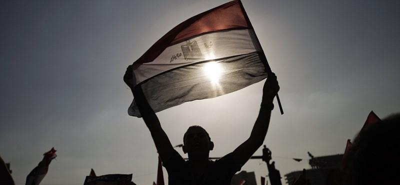 Egyiptom: a bukott elnök házi őrizetben, az új elnök letette az esküt