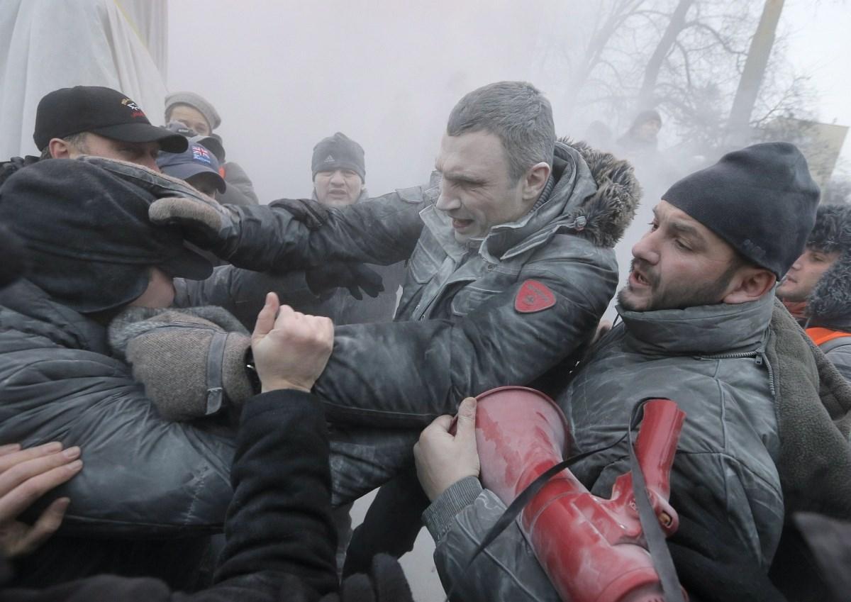 Klicsko is beszállt a bunyóba a kijevi tüntetésen – Nagyítás-fotógaléria