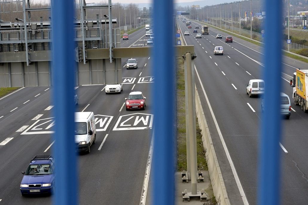 mti. Útdíj - Megszűnik az M0-s általános díjmentessége 2014.12.11. Az M1-es és M7-es bevezető szakasza Budapest határában 2014. december 11-én. Megszűnik januártól az M0-s autóút általános díjmentessége. Az NFM közleménye szerint a körgyűrű M5-ös és M4-es