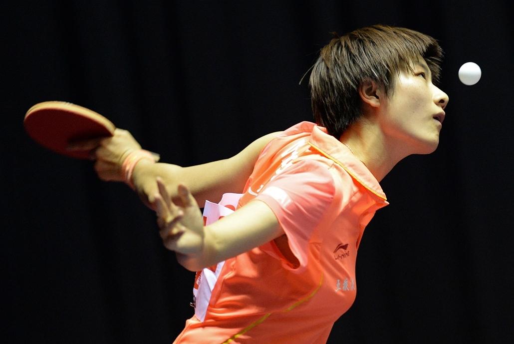 afp.14.04.29. - Tokió, Japán: a kínai Ding Ning szervája a szlovák Eva Odorovának a 2014-es asztalitenisz-világbajnokságon - 7képei
