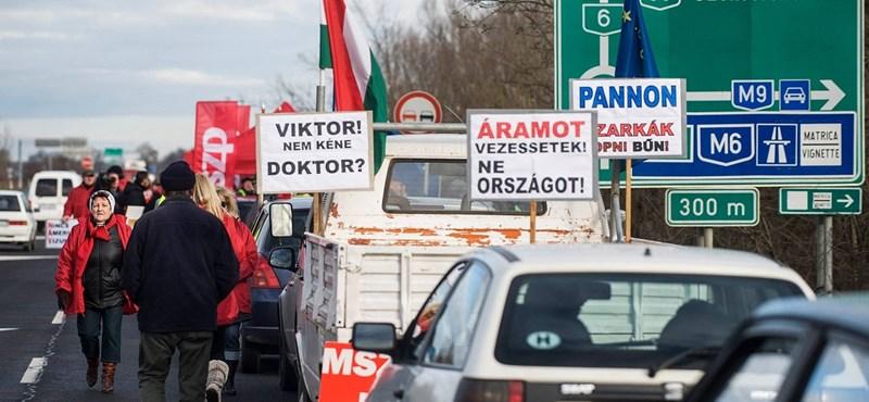 """""""Hadd hallja csak a gépház zaját a kormány"""" - blokáddal tiltakoztak az útdíj ellen"""