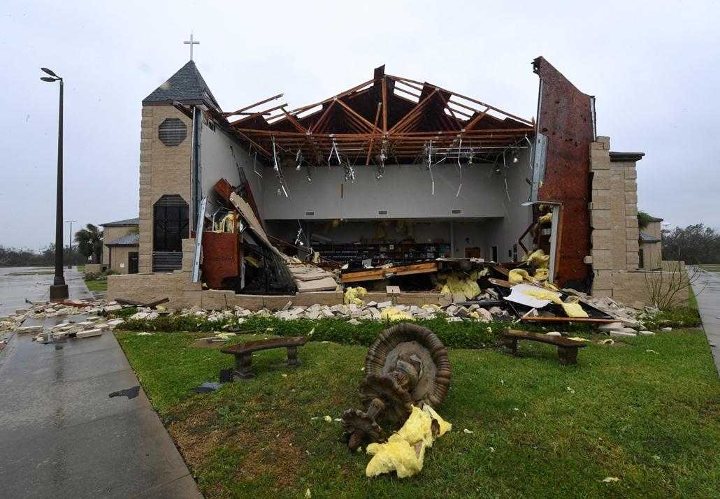 afp.17.08.27. - Rockport, USA: Hurrikán után Rockportban. A heves esőzéssel kísért Harvey hurrikán végigsöpört a texasi partvidéken; pusztításai nyomán Texas állam 62 megyéje vált katasztrófa sújtotta területté.