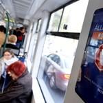 Feljelentené a Momentumot az átragasztott kormányplakátok miatt a francia hirdetőcég