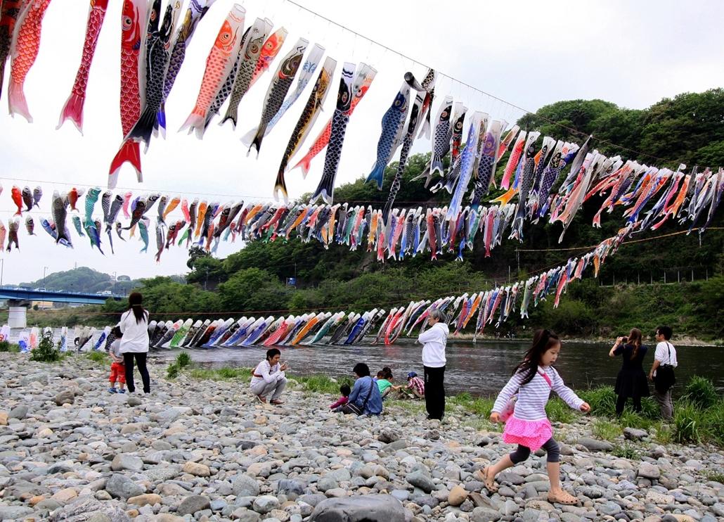 afp.14.04.29. - Sagamihara, Japán: színes ponzyok a város folyópartján, hat nappal a japán gyermeknap előtt. - 7képei