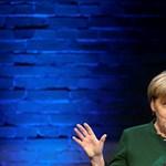 Paradicsommal dobálták meg Merkelt egy kampányrendezvényen
