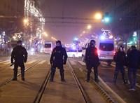 Hangfelvételen, ahogy a rendőrök veréssel fenyegetnek egy tüntetőt