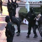 Megkezdték a rohamrendőrök a minszki tüntetők oszlatását