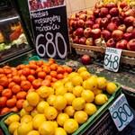 A kormány szerint a gyenge forint miatt is drága a gyümölcs