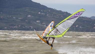 A szörfösöknek is komoly akadályokat hozott a vihar a Balatonon - fotók