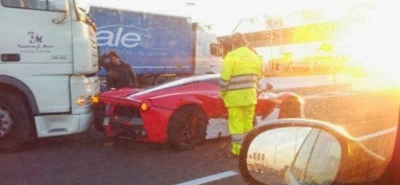 Megtörtént az új hiper-Ferrari első közúti balesete - fotó