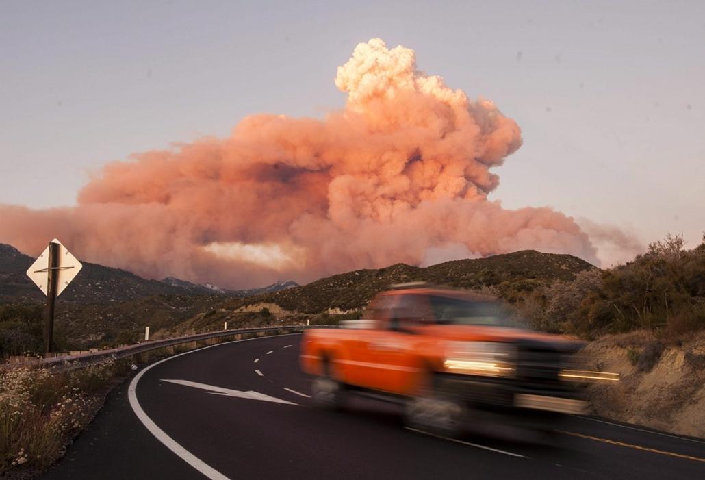 mti. - Erdőtűz Kaliforniában - 13.07.15. - A Kalifornai állambeli Mountain Centerben pusztító erdőtűz füstje gomolyog. A 4700 hektáron pusztító tűzben eddig két épület vált a lángok martalékává.