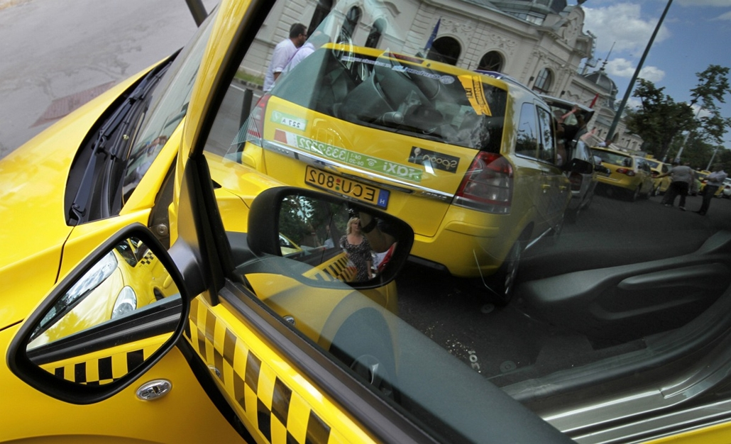 Sárga taxi - felvonultak az első sárga taxik B.udapesten
