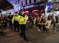 Bezártak a kocsmák a járvány miatt, a britek az utcákon isznak tovább