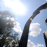 Gyertyákkal világítanák meg Károlyi szobrát