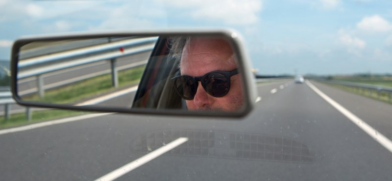 A nap fotója: az M7-es autópálya közepén könnyített magán a BMW-s