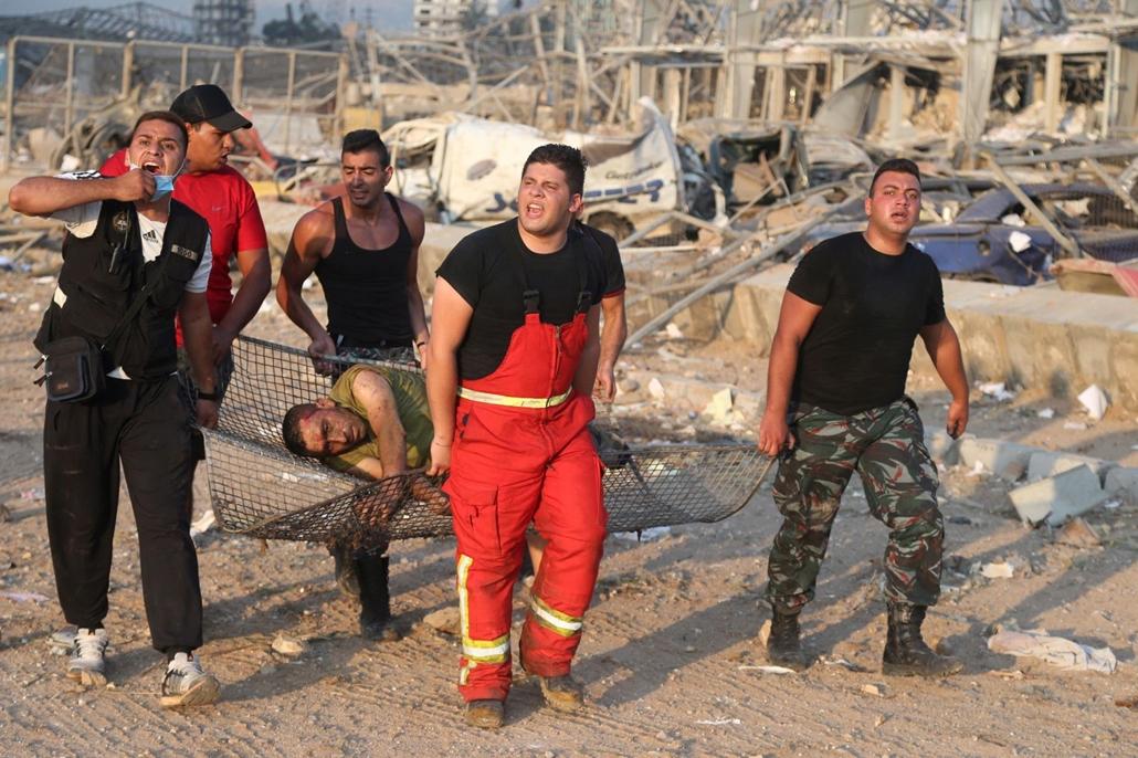 mti.20.08.05. A bejrúti kikötőben történt hatalmas robbanás egyik sebesültjét viszik 2020. augusztus 4-én. A detonáció következtében legkevesebb 78 ember életét vesztette, több mint négyezren megsebesültek. A robbanások okát nem tudni.