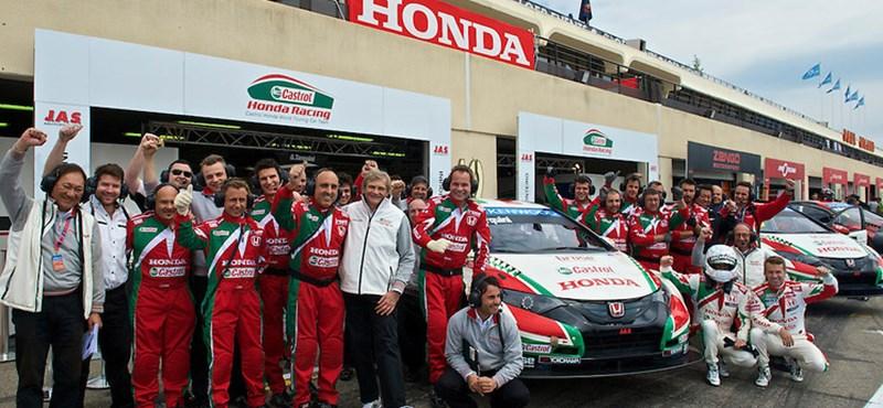 Megünnepelte a Honda Tarquini romokból feltámasztott kocsiját
