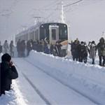 A vonat előreláthatólag 15 órát késik – fotók