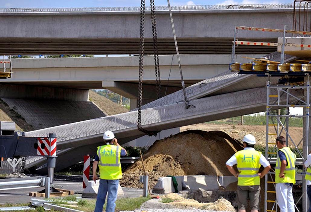 Leszakadt hídelemet emelnek daruval az M3-M31-es autópálya gödöllői csomópontjának közelében, ahol egy 83 méter hosszú híd építkezésén hídelemek szakadtak az útra.