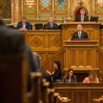 Ilyen is ritkán van: a kormány támogatja az ellenzéki Alaptörvény-módosítást