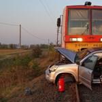Vonattal ütközött egy autó Kiskunfélegyházánál, a saját lábán szállt ki a roncsból a sofőr