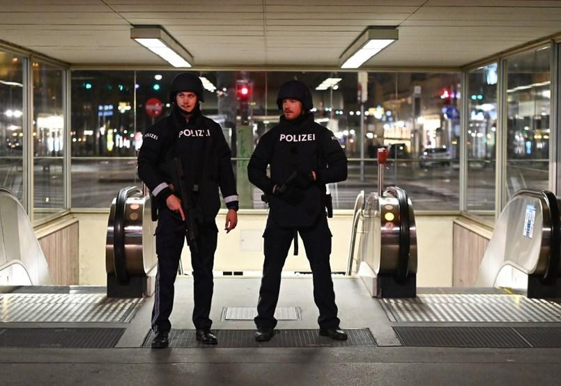 Terrortámadás történt Bécsben, legalább egy fegyveres még menekül