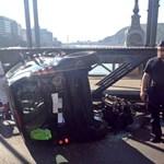 Fotó: Felborult egy Smart a Lánchídon, óriásdugó volt mindkét oldalon