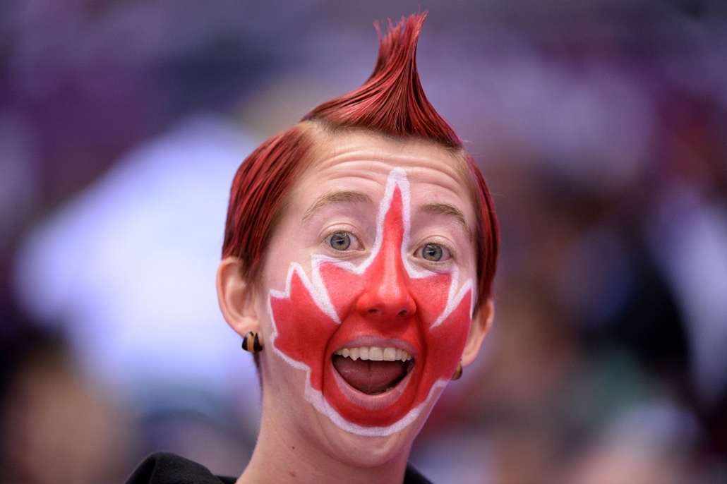 afp. Szocsi 2014 nagyítás - A Canadian supporter attends the Men's ice hockey final Sweden vs Canada at the Bolshoy Ice Dome during the Sochi Winter Olympics on February 23, 2014.