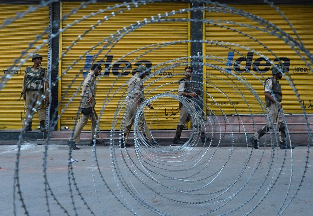 Srinagar, India: rendőrök és félkatonai egységek járőröznek Kashmírban.