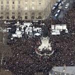 Így énekelte a tömeg az Imagine-t a párizsi menetben – videó