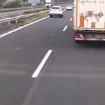 Egy kamionos szerint a videóján szabálytalanságot provokálnak a rendőrök az M7-esen