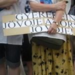 A köznevelési törvény eltörléséért tüntet a Hívatlanul csoport