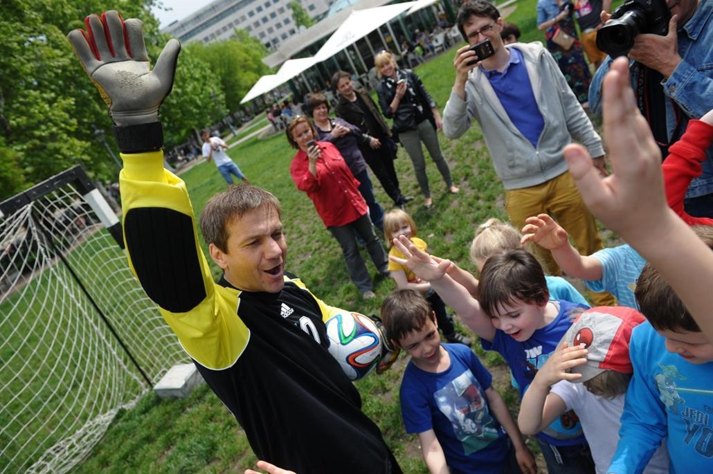 tg. 2014. május 1.  Bajnai Gordon focizik