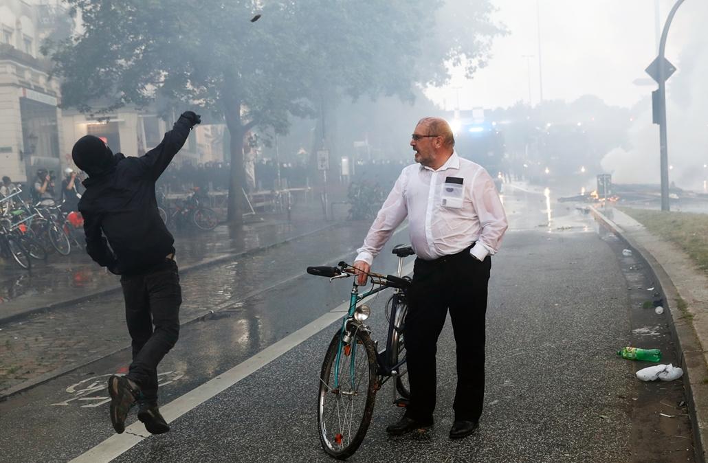 best of 2017 - A G20 hamburgi csúcstalálkozója ellen tiltakozik egy tüntető az észak-németországi városban