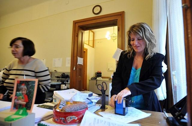 Vicai Erika kétszeres világbajnok gyorsíró ceruzát hegyez a parlamenti gyorsírók irodájában.