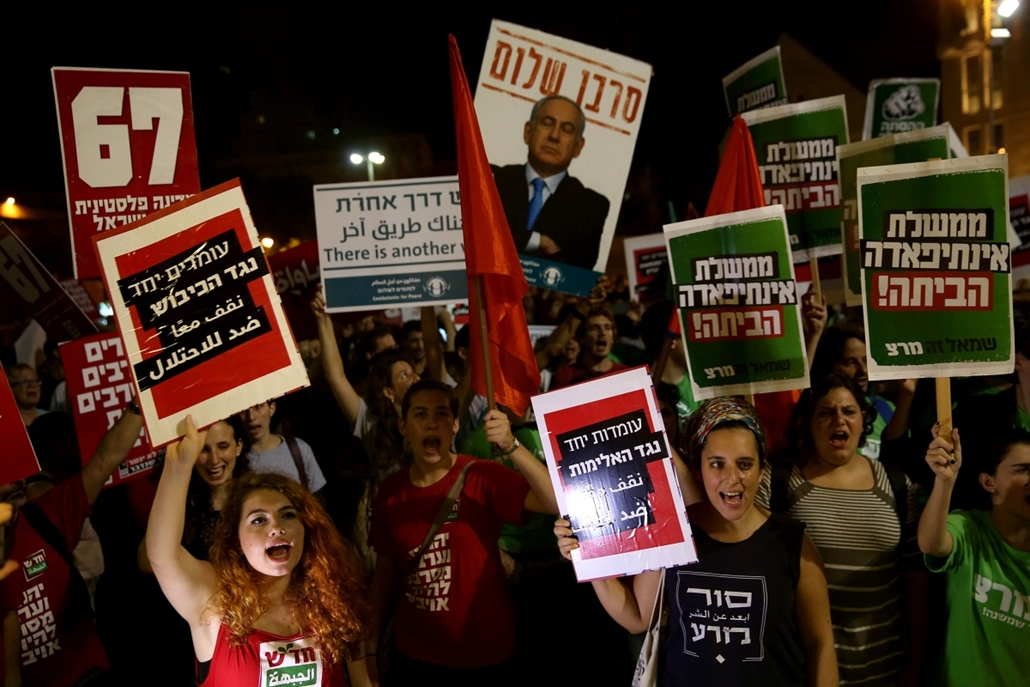 afp.izraeli-palesztin konfliktus 2015 - Jeruzsálem 2015.10.17. Israeli Jews and Arabs march together in downtown Jerusalem on October 17, 2015, during a left wing protest against the ongoing situation. Four Palestinians were shot dead and a fifth wounded