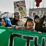 Áll a bál az egyetemeken: szalonnával és savanyúsággal tiltakoznak a diákok